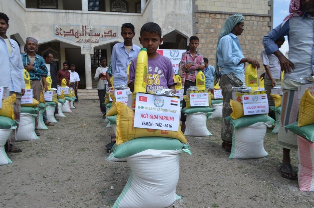 هيئة الإغاثة الإنسانية التركية توزع 10 آلاف سلّة غذائية في اليمن