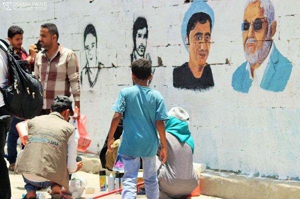 """""""إنسان أكبر من الجدران"""" حملة لرسم صور المختطفين بشوارع تعز"""