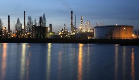 النفط يهبط بعد ارتفاع المخزون وتحذير وكالة الطاقة من تخمة المعروض