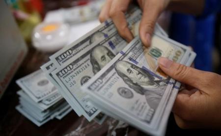 الدولار يهبط مقابل اليورو بفعل جني الأرباح