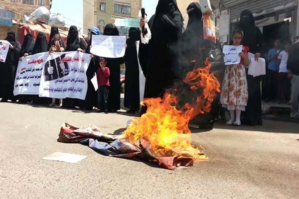 أمهات المختطفين يحرقن ستارتهن بصنعاء للمطالبة بإطلاق أبنائهن