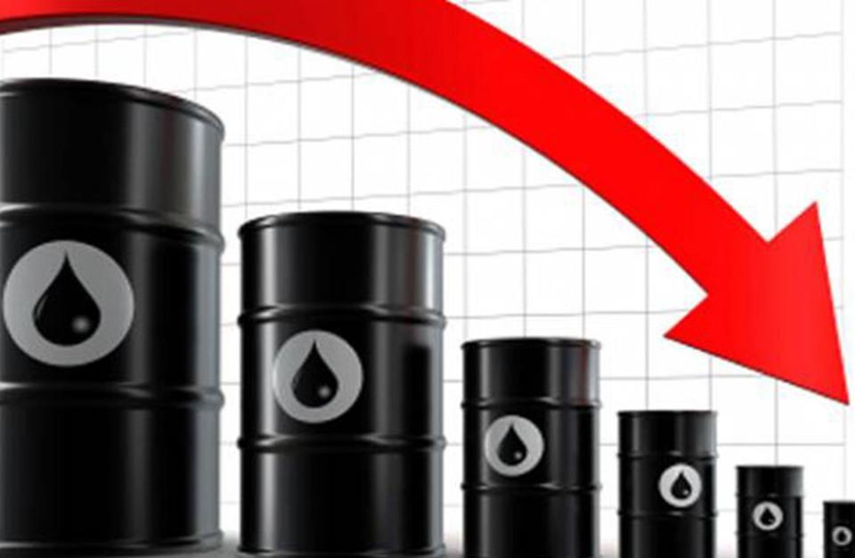 النفط يهبط بعد وصوله إلى مستوى 50 دولارا متأثرا بتخمة المعروض