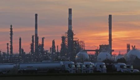 النفط يصعد بعد بيانات تظهر تراجع المخزونات الأمريكية