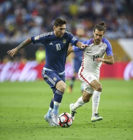ميسي الهداف التاريخي للأرجنتين برصيد 55 هدفا
