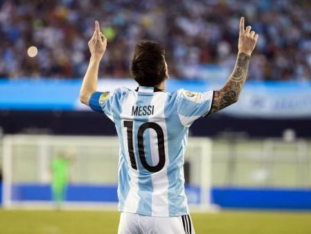 ميسي يعادل رقما قياسيا مع تأهل الارجنتين وتشيلي