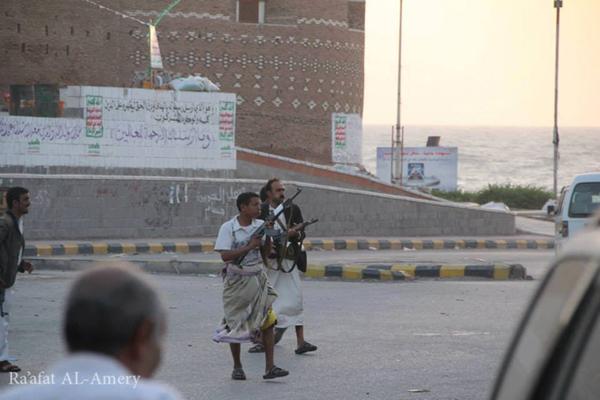 مليشيا الحوثي وصالح تقتل مواطنا أمام أسرته وتختطف آخرين بالحديدة