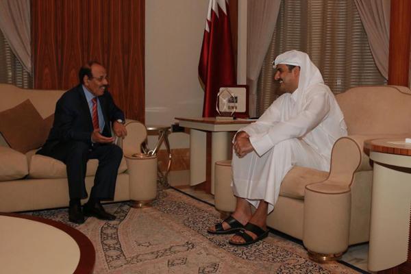 نائب الرئيس يناقش مع أمير قطر ملفات بناء الجيش والأمن وإعادة الإعمار