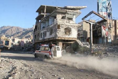 تعز : إصابة 11 مدنيا بينهم إمرأه في قصف عشوائي على الأحياء السكنية