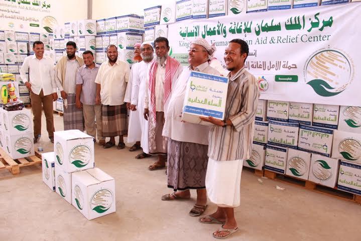 مركز الملك سلمان يهدي أهالي وادي حضرموت 20 ألف سلة غذائية