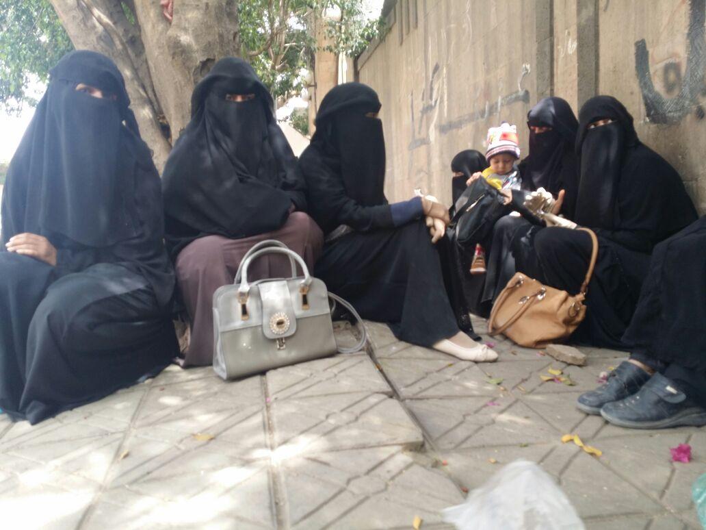 وقفة احتجاجية لأسر الصحفيين أمام مبنى الأمن السياسي في صنعاء