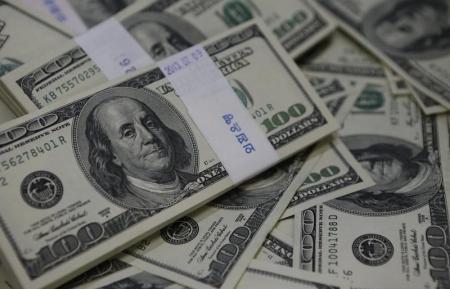 الدولار يسجل أكبر انخفاض يومي في 4 أشهر بعد بيانات ضعيفة
