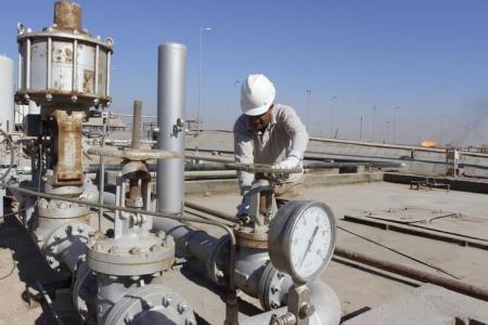 النفط يتراجع وسط جني للأرباح بعد صعوده لأعلى مستوى في 2016
