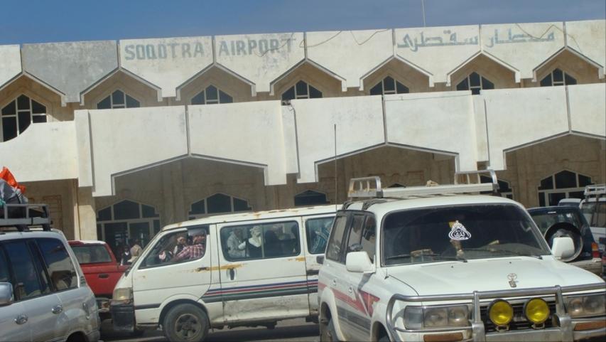 وصول أول طائرة مدنية إلى سقطرى تحمل 140 عالقاً بحضرموت بعد توقف دام أشهر
