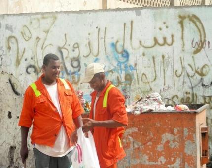 عمال النظافة في مدينة إب يبدأون إضراباً مفتوحاً بسبب اعتداءات الميلشيات