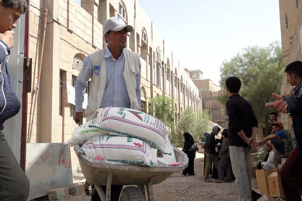 إب: مليشيات الحوثي وصالح تنهب مساعدات غذائية وتختطف متطوعين