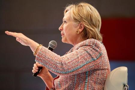 """حملة """"كلينتون"""" تسعى لإعادة فرز أصوات ولايات متأرجحة خسرتها مرشحتهم"""