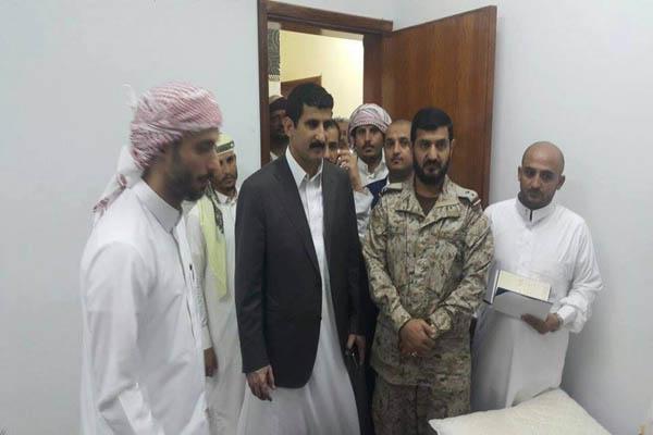 محافظ صنعاء وقائد اللواء 141 مشاه يتفقدان جرحى الجيش بالسعودية