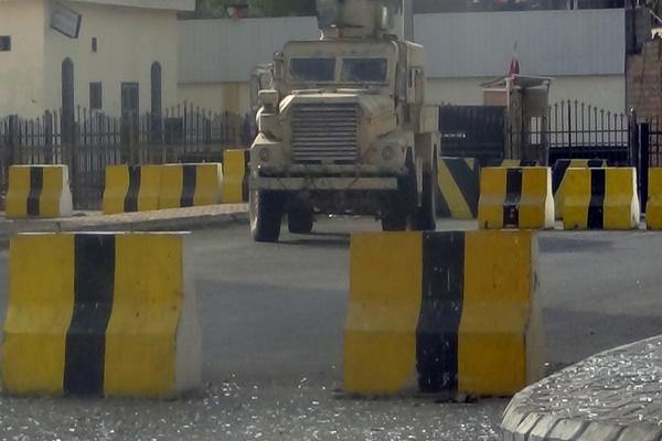 الأمن يحتجز شحنة كتب إيرانية بمنفذ شحن بالمهرة كانت في طريقها للحوثيين