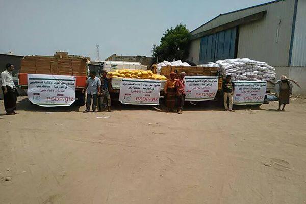 """ائتلاف الإغاثة بتعز ينفذ مشروع نقل مساعدات إغاثية لمتضرري """"الوازعية"""""""