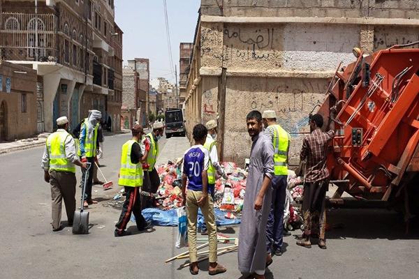 كارثة بيئية تنتظر العاصمة صنعاء مع تهديد عمال النظافة بالإضراب