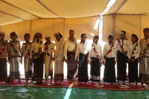 شبوة: قيادات من الجيش الوطني والمقاومة تشارك زفاف 67 عريسا بجردان