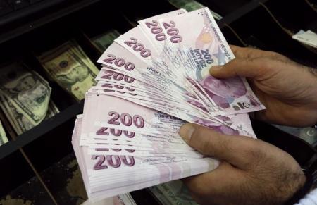 الليرة التركية تهبط أكثر من 5% أمام الدولار بعد أنباء عن محاولة انقلاب