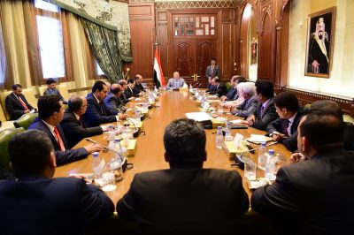 الرئيس هادي يعقد اجتماعاً بمستشاريه والوفد الحكومي في مشاورات الكويت