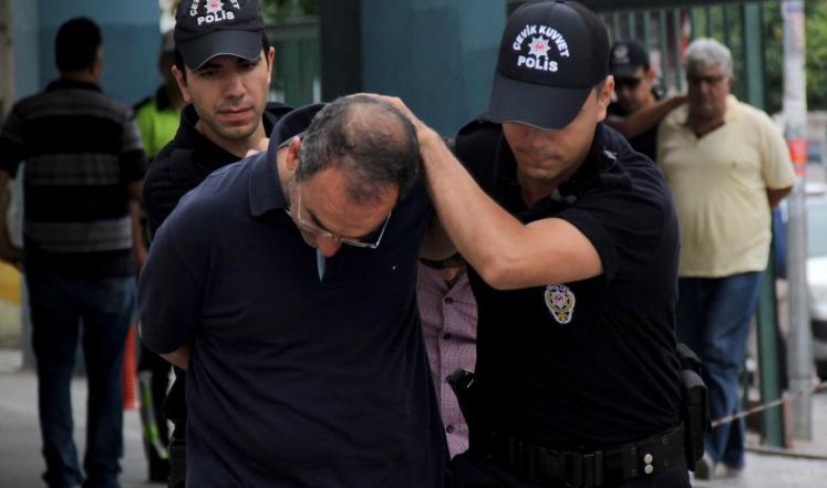 فصل مئات الضباط وإغلاق مؤسسات إعلامية بتركيا