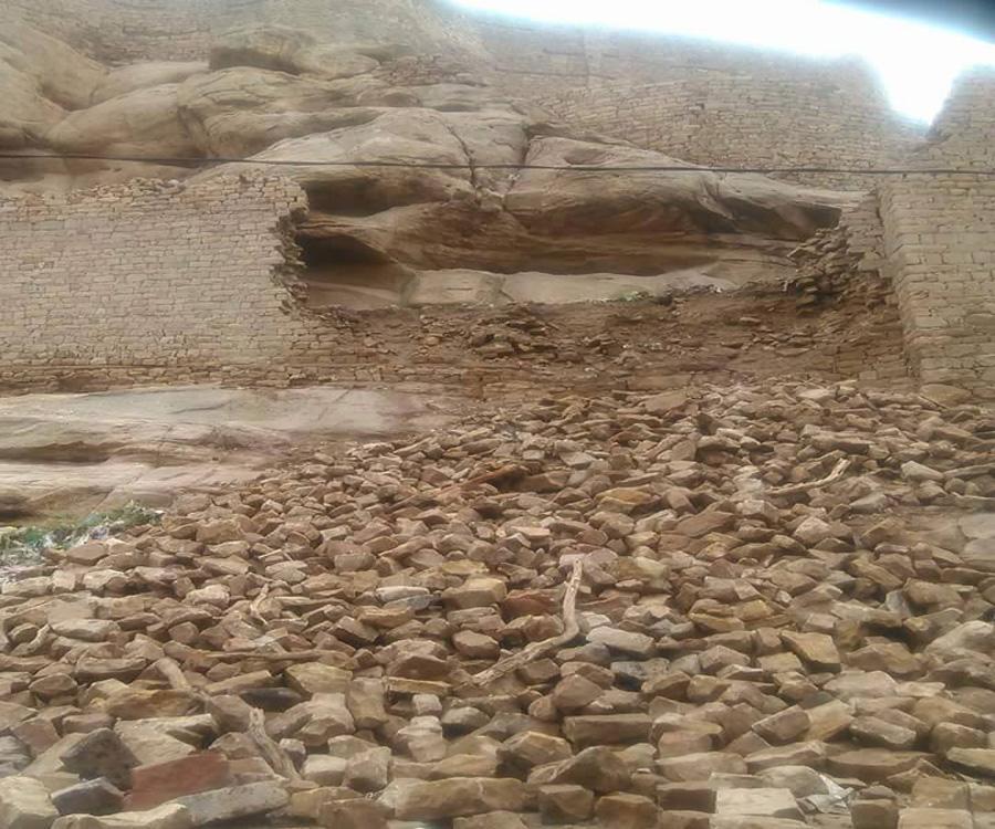 انهيارات بقلعة رداع التاريخية نتيجة تحويلها من قبل الحوثيين لثكنة عسكرية