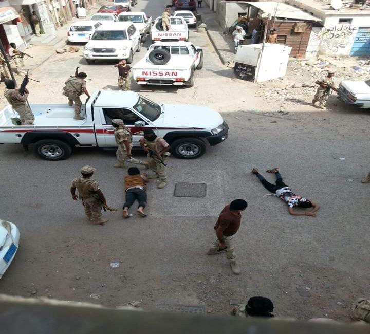 """عدن: قوة أمنية تواصل الانتشار المكثف وتعتقل """"مطلوبين"""" في كريتر"""