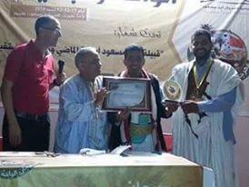 تكريم الشاعر العفيري بمهرجان الواحة والبادية بالمملكة المغربية