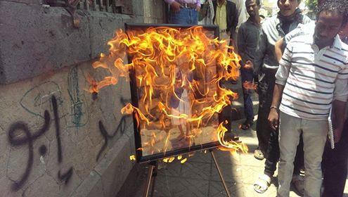 فنان يحرق لوحاته احتجاجا على منعه من إقامة معرضه بصنعاء (فيديو)