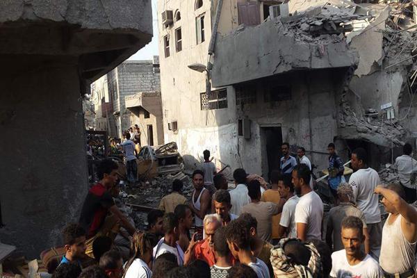 """الحديدة: سكان يروون لـ"""" يمن شباب نت"""" تفاصيل قصف حي الهنود"""