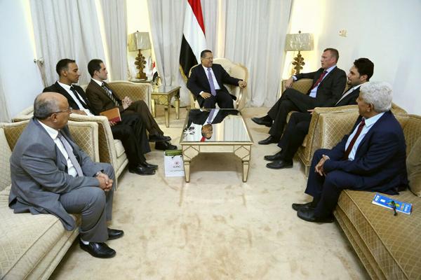 رئيس الوزراء يبحث مع الصليب الأحمر توسيع عمل البعثة في اليمن