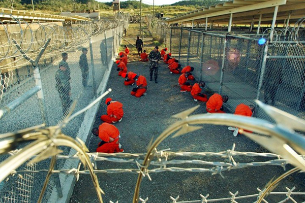 سفير اليمن بأمريكا يبحث موضوع الإفراج عن المعتقلين اليمنيين بغوانتانامو