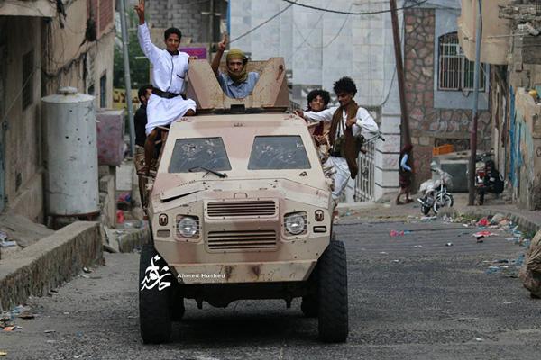 تعز: مقتل أربعة حوثيين بينهم قيادي والمقاومة تغنم دبابةوالطيران يستهدف رادارا في المخأ