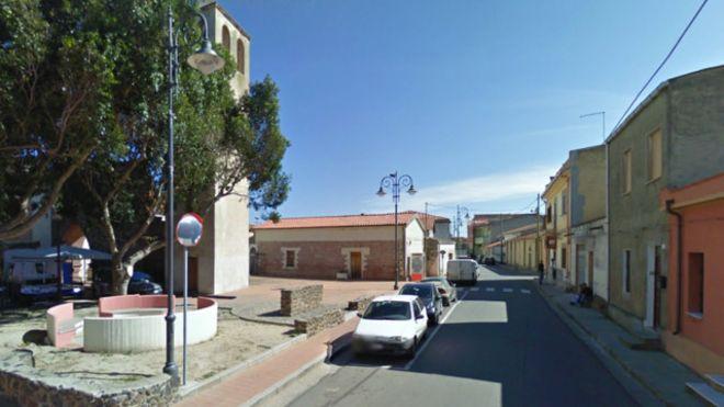 عمدة بلدة إيطالية ينظف شوارعها بنفسه لعدم وجود عمال بالخدمة