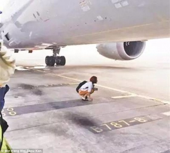 صينية تأخرت عن طائرتها فوقفت تحت عجلاتها!.. فماذا حدث لها؟