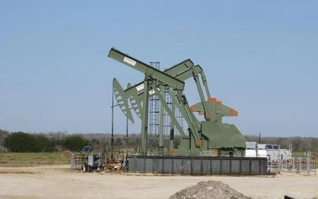النفط يهبط ويغلق على أكبر خسارة لثلاثة أيام في عام