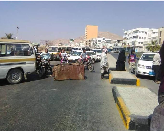 حضرموت: متقاعدين مدنيبن يقطعون الطريق بالمكلا احتجاجاً على عدم صرف رواتبهم