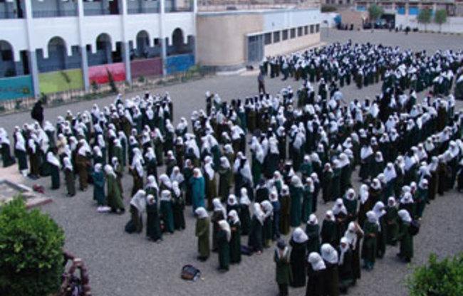 صنعاء: معلمين يضربون عن العمل في المدارس للمطالبة بصرف مرتباتهم
