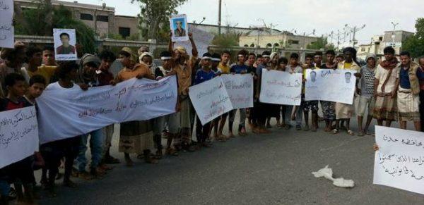 أبين: وقفة احتجاجية لأهالي معتقلين لدى سلطات الحزام الأمني بعدن