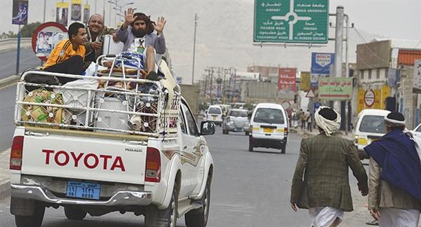 """انقطاع """"الرواتب"""" يجبر الموظفين في صنعاء على النزوح للأرياف (تقرير خاص)"""