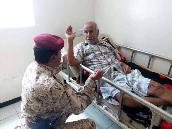 قائد اللواء 21 ميكا يزور مستشفى عتق ومركز غسيل الكلى