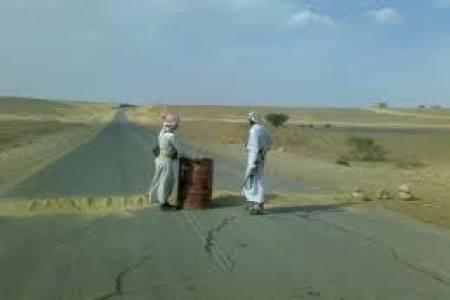 قطاع قبلي يوقف الطريق الدولي بين محافظة شبوة ومنفذ الوديعة الحدودي
