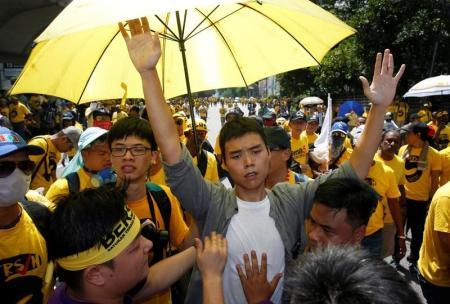 آلاف يتظاهرون في العاصمة الماليزية مطالبين باستقالة رئيس الوزراء