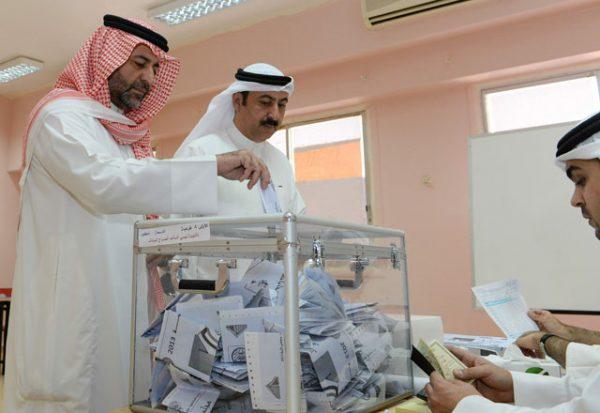 الناخبون الكويتيون يدلون بأصواتهم في أول انتخابات برلمانية بعد مقاطعة استمرت أربع سنوات