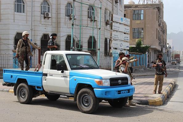 أمن عدن يفض اشتباكات بكرتير بين مسلحين ويعتقل عدد منهم وإصابة جنديين في هجوم على البحث الجنائي بخورمكسر