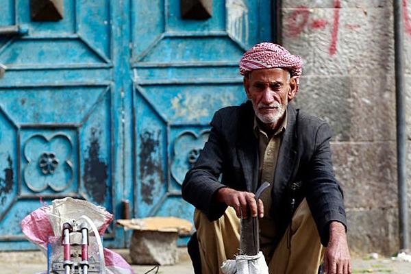 مركز دراسات يطالب بسرعة تسليم الرواتب ويحذر من توسع المجاعة
