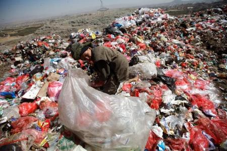 جبل القمامة السام خارج صنعاء يزيد من معاناة اليمنيين